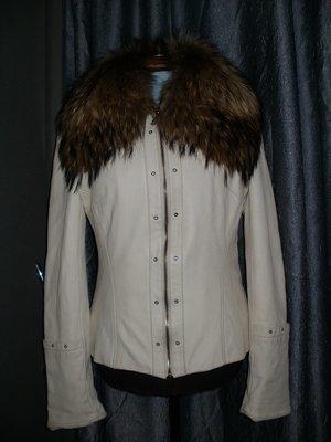 Белая кожаная куртка. Огромный пушистый воротник енот.